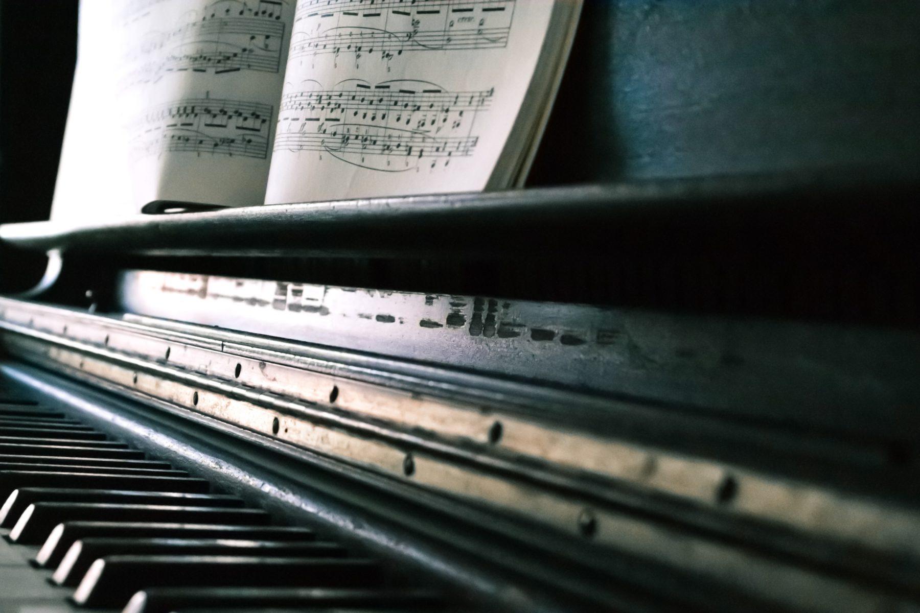 音楽が呼吸し、心を溶かす!グールドのバッハ「インヴェンションとシンフォニア」